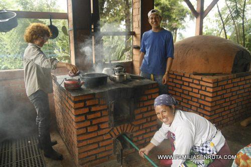 Haciendo pan en el horno de le a familias en ruta - Cocinas con horno de lena ...