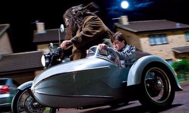 Harry y Hagrid escapando por Privet Drive. La calle se visita en los estudios de cine.